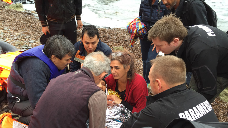 German doctors Bita (middle) and Khalil Kermani (front) are taking care of a sick woman after succesfully disembarking the boat.© WDR/Julia Horn (Bildrechte: WDR/Julia Horn)